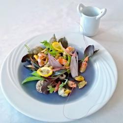 salade de fruits de mer poser sur son eau de mer